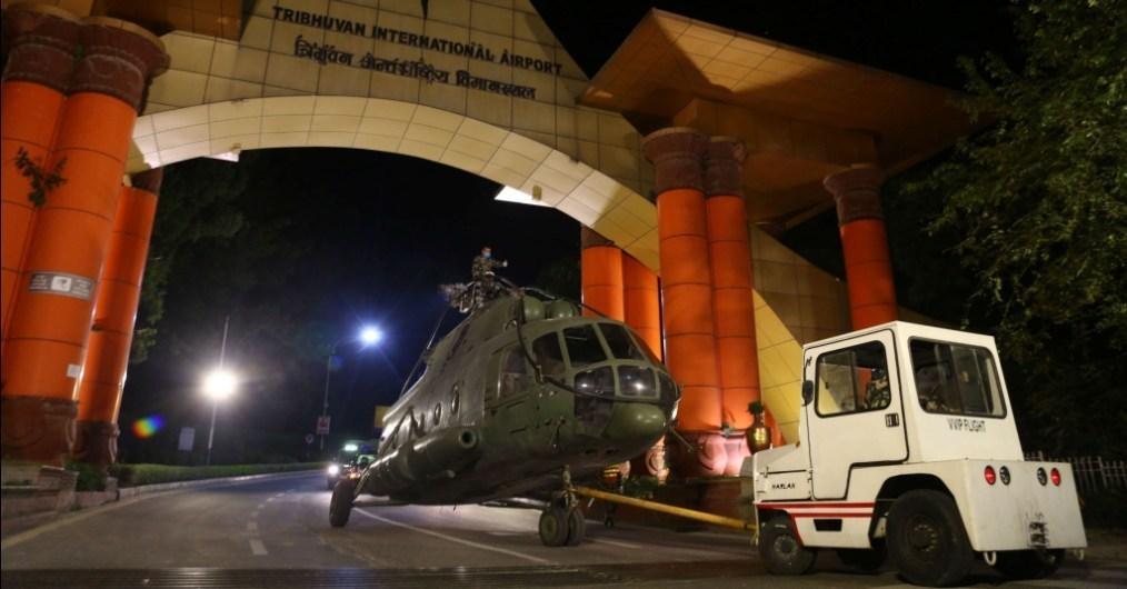 सेनाको एमआई १७ हेलिकप्टरलाई सडकमा गुडाएर खरिपाटी लैजाँदै