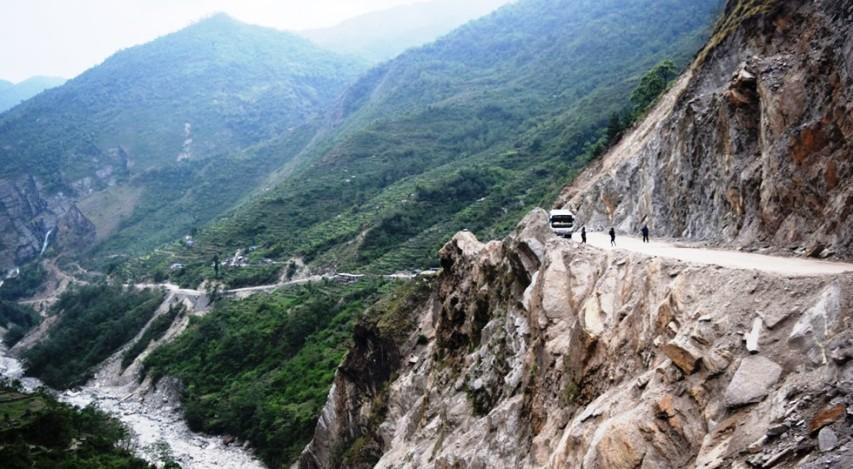 मर्मतपछि पनि बेनी-जोमसोम सडकमा सिधा सवारी सञ्चालन भएन
