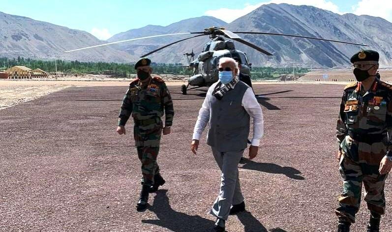 सेना प्रमुखसहित भारतीय प्रधानमन्त्री नरेन्द्र मोदी पुगे लद्दाख